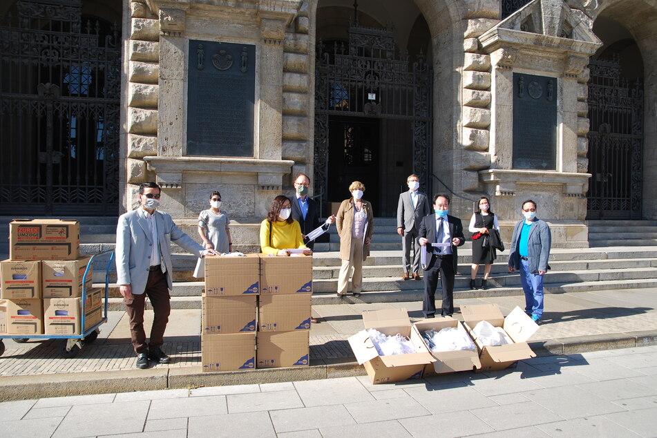 Spendenübergabe vorm Neuen Rathaus.