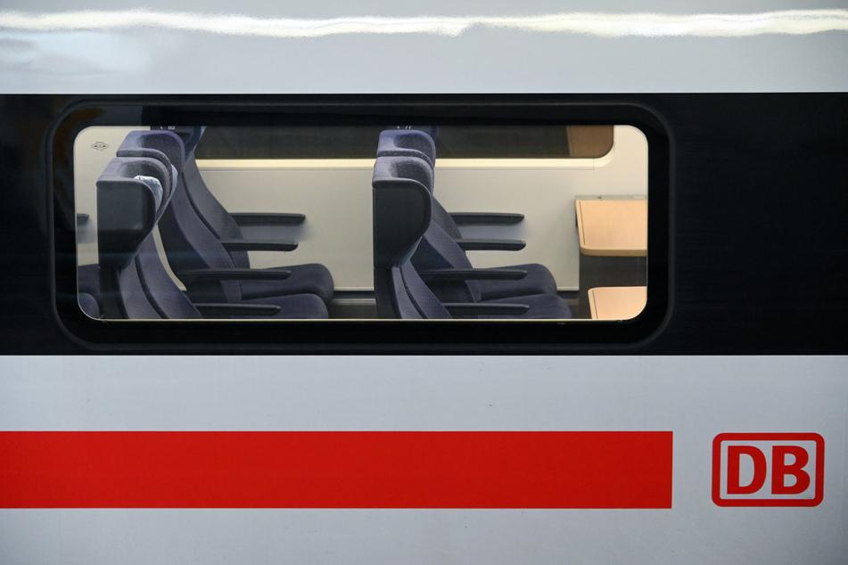 Wegen Corona fahren deutlich weniger Menschen als sonst mit dem Zug. Das ist schlecht für die Kassen der Bahn, aber es hilft ihr pünktlicher zu werden.