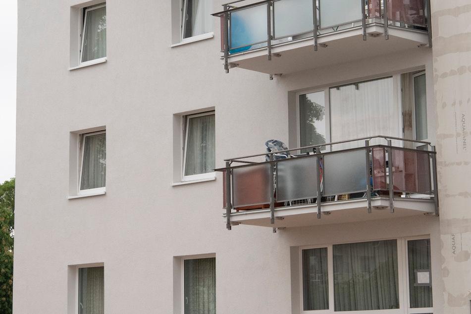 Junge (3) stürzt beim Spielen aus dem Fenster