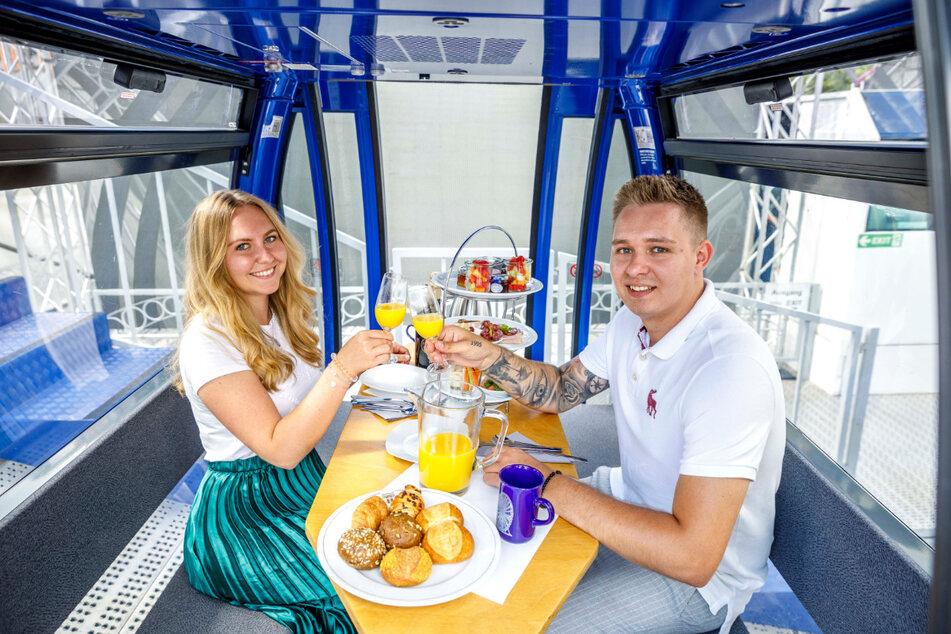 Marie und Niklas haben vorab ein Frühstück im Riesenrad ausprobiert.