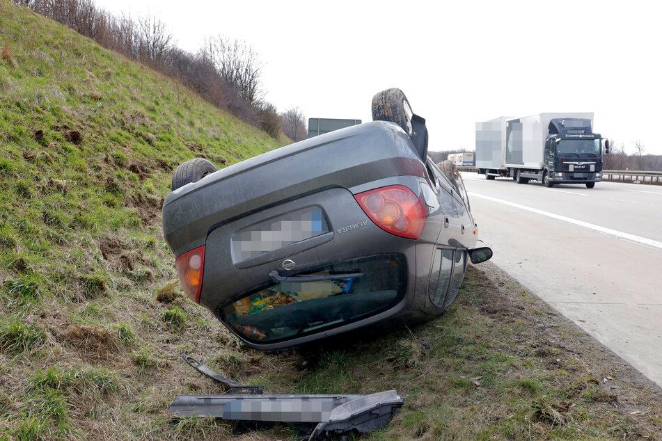 Schock für einen Nissan-Fahrer auf der A4 bei Hainichen: Während der Fahrt platzte ein Autoreifen, das Fahrzeug überschlug sich und landete im Straßengraben.