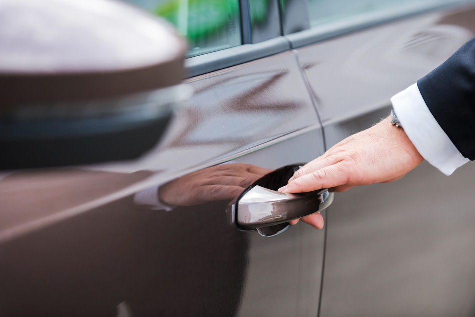 Ein Mann öffnet eine Autotür. (Symbolbild)