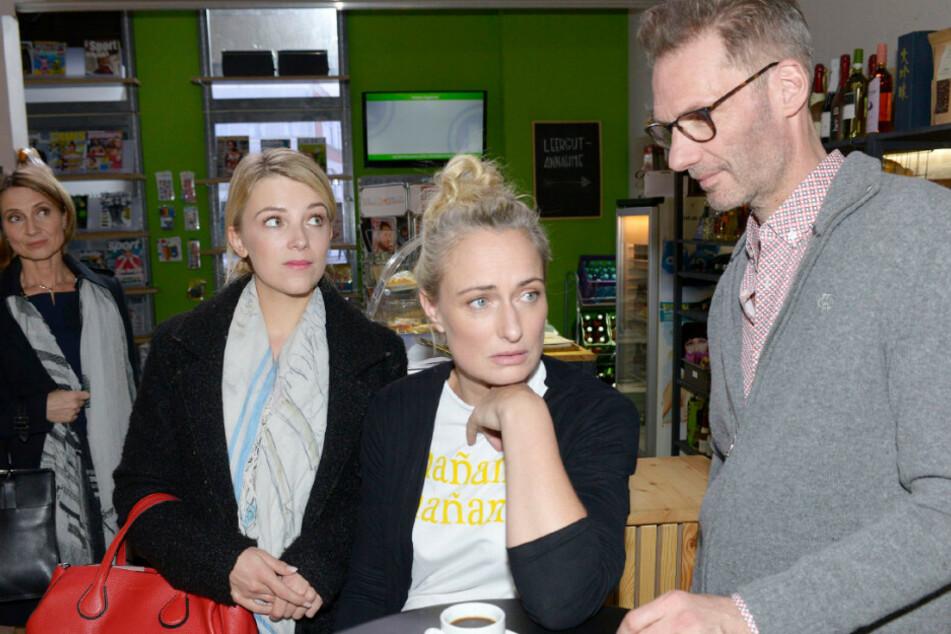 Rosa Lehmann (l) will Alexander Köster (r) und Maren Seefeld (m) aus der Wohnung verdrängen.