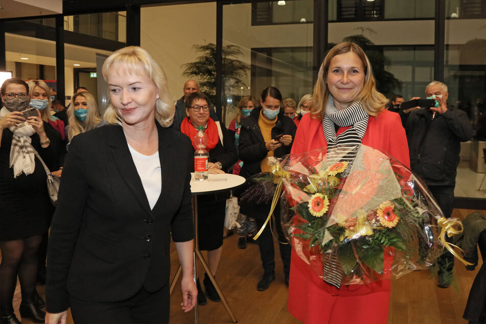 Constance Arndt (rechts) gewinnt die Zwickauer OB-Wahl! Kathrin Köhler (links) gratulierte ihr.