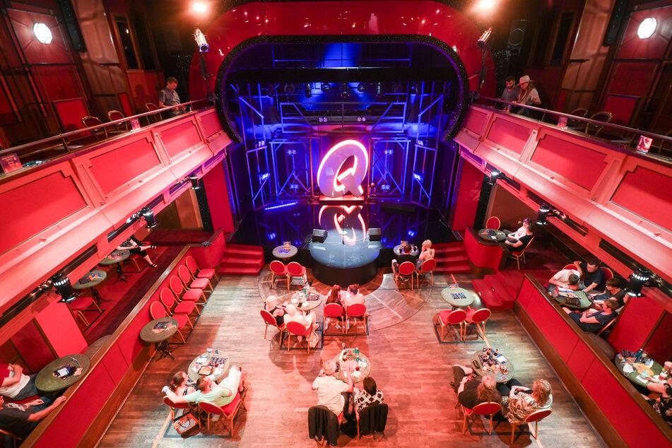 Die ersten Zuschauer sitzen im Quatsch Comedy Club, der nach vier Monaten Schließung wegen der Corona-Epidemie seinen Spielbetrieb ab 6. August 2020 wieder aufgenommen hat.
