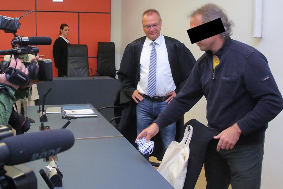 Der Angeklagte mit seinem Anwalt. Sein Gesicht verdeckte er zu Prozessbeginn nicht.