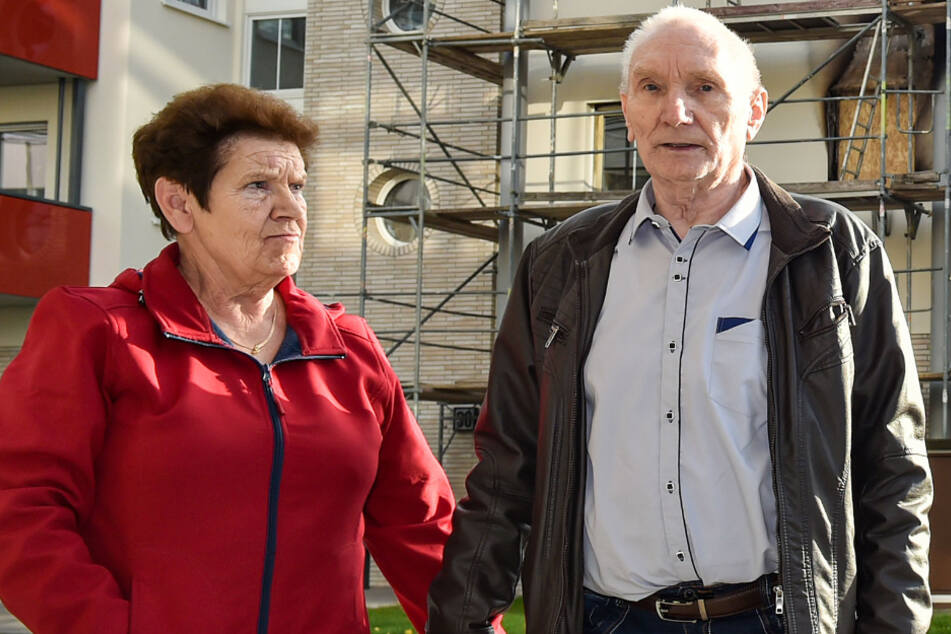 Oma Hertas Nachbarn, Werner Hohndorf (76) und Monika Leupelt (75), vor dem Brandhaus.