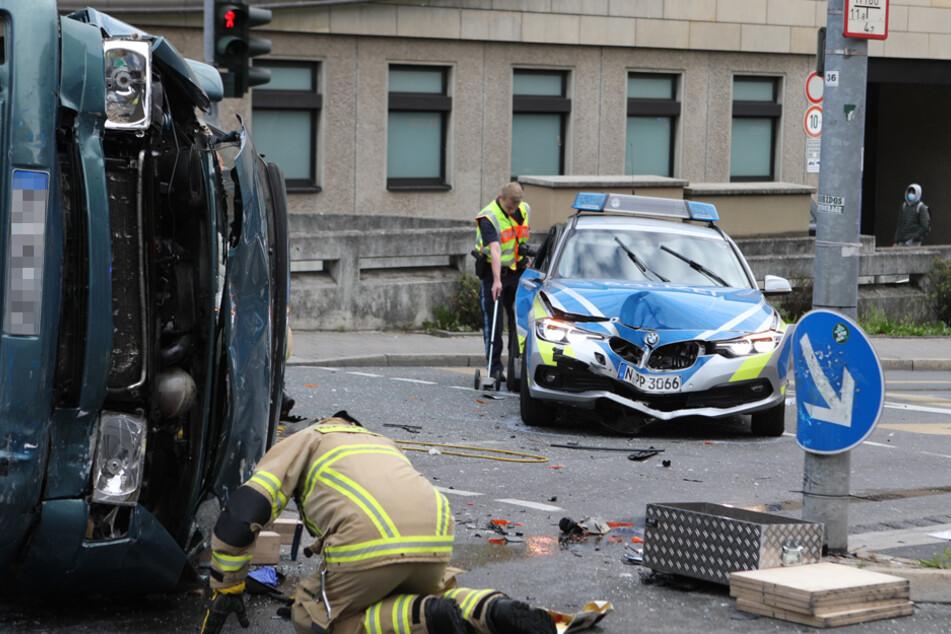 VW-Bus rammt Polizeiauto: Drei Verletzte und ein rabiater Gaffer