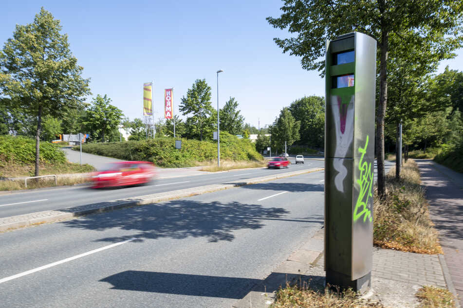 Auch der Blitzer an der Neefestraße wurde mit grüner Farbe besprüht.