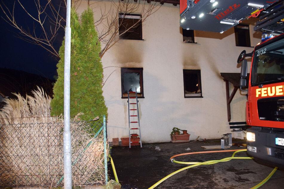Haus steht in Flammen: Eine Person stirbt