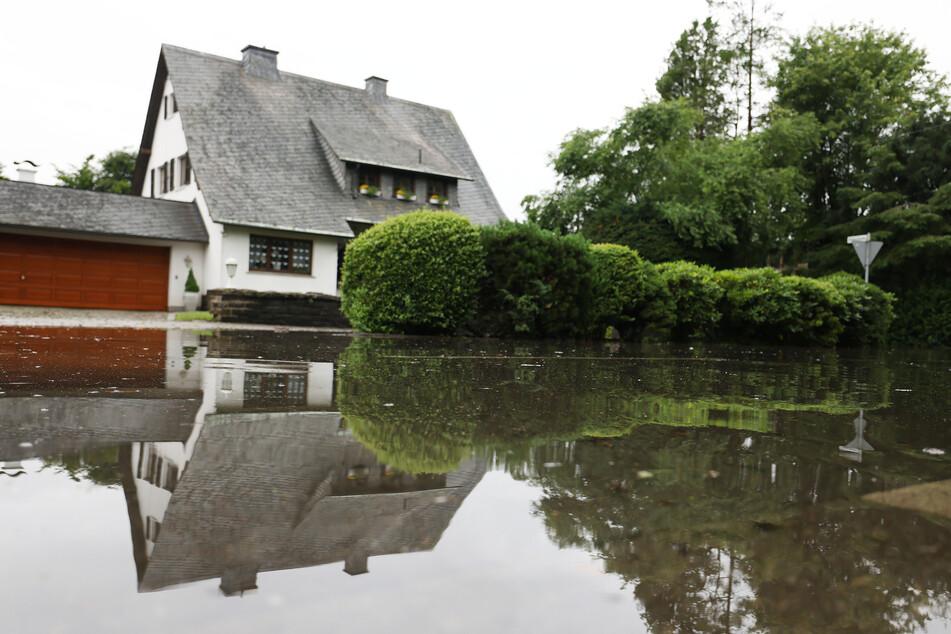 Nach massiven Regenfällen hatten etwa 1500 Menschen in Hückeswagen im Bergischen Land unterhalb der Bevertalsperre ihre Wohnungen verlassen müssen.