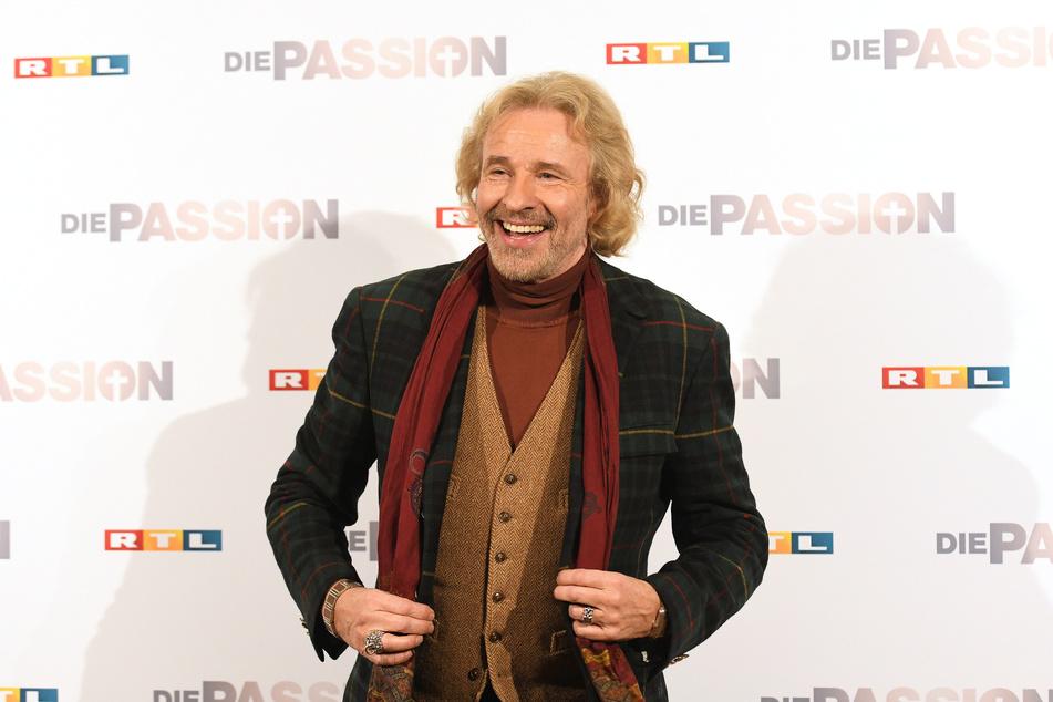 """Thomas Gottschalk posiert vor dem RTL Logo zum Live-Event """"Die Passion"""" in Essen."""
