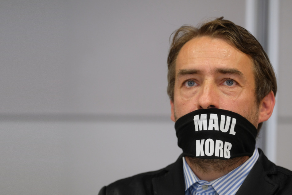 Prozess gegen Rechtsextremist: Sven Liebich taucht nur in Unterwäsche und Schutzanzug auf