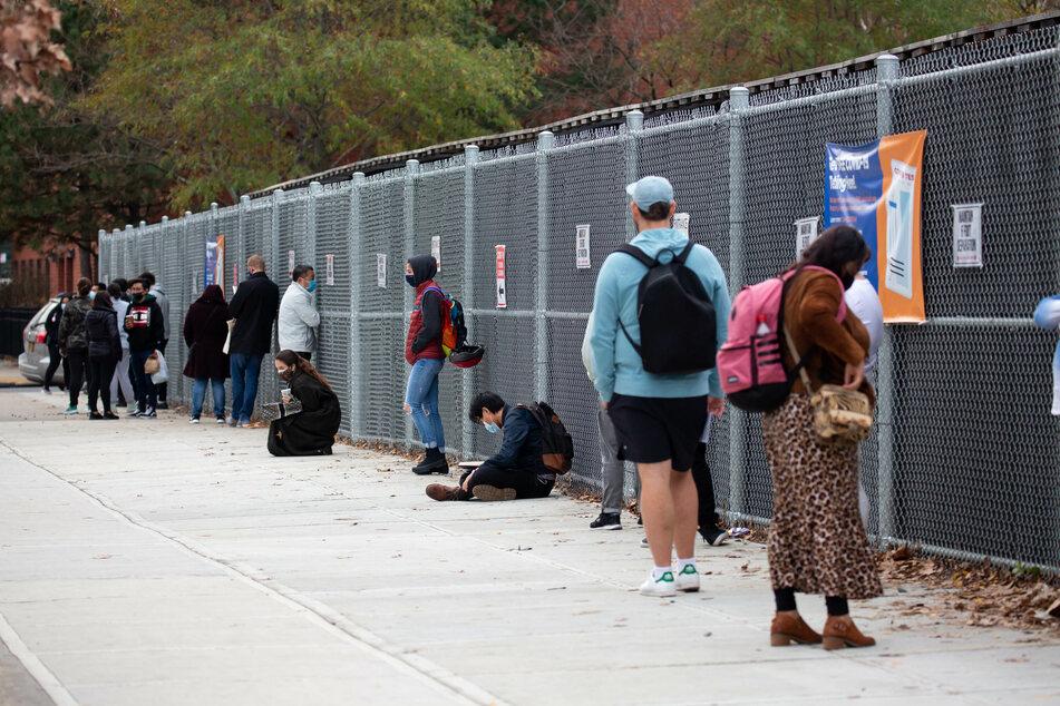 Menschen warten an einer Teststation, um auf das Coronavirus getestet zu werden. In den USA sind seit dem Beginn der Pandemie bereits mehr als zwölf Millionen bestätigte Infektionen mit dem Coronavirus gemeldet worden.