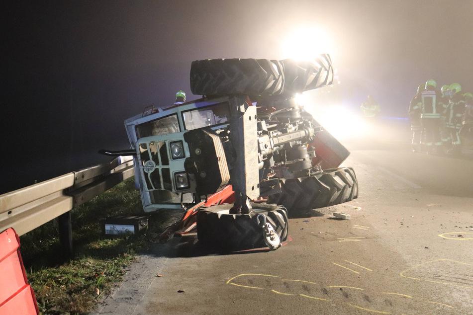 Der Traktor kippte durch die Wucht des Aufpralls um.