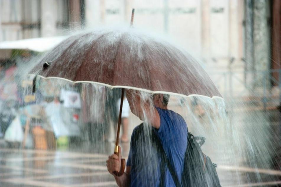 Am Männertag und auch an den kommenden Tagen sollte ein Regenschirm nicht fehlen! (Symbolbild)