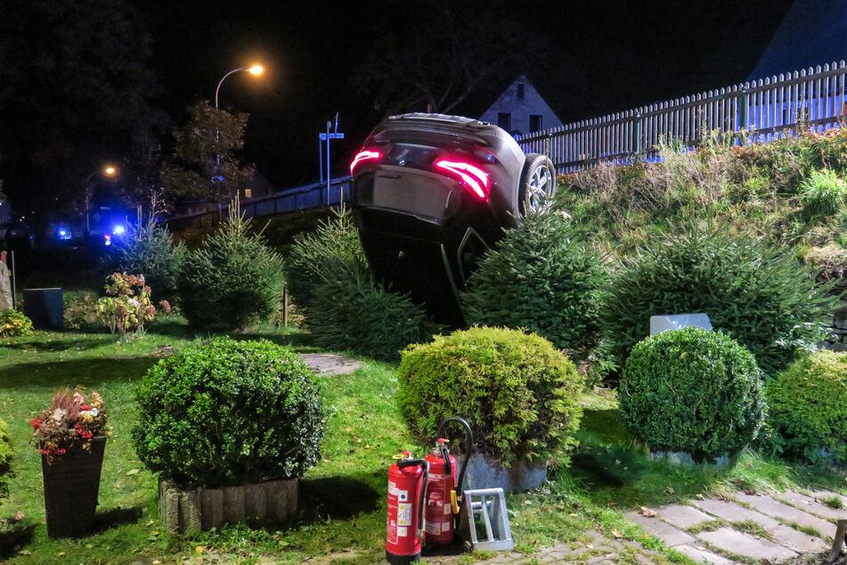 Spektakulärer Crash im Erzgebirge: BMW landet kopfüber im Vorgarten