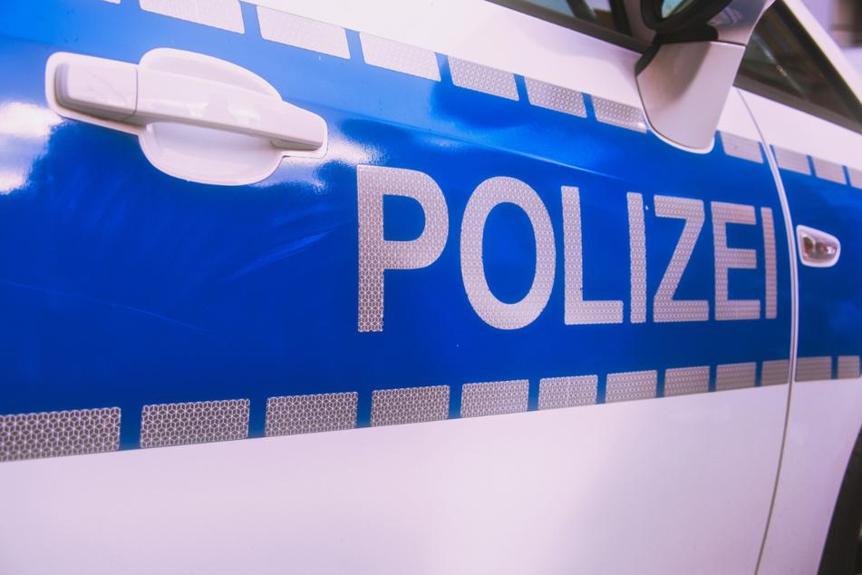 """Die Polizei nannte die Tat des 20-Jährigen einen """"gefährlichen Eingriff in den Straßenverkehr"""". (Symbolbild)"""