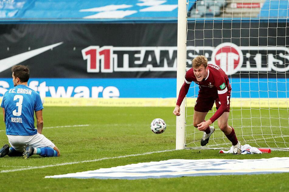 Die erste Großchance in Rostock: Christoph Daferner (r.) dreht nach seinem Tor zum 1:0 jubelnd ab - Endstand 3:1. Patrick Weihrauch hatte ihm den Treffer aufgelegt.