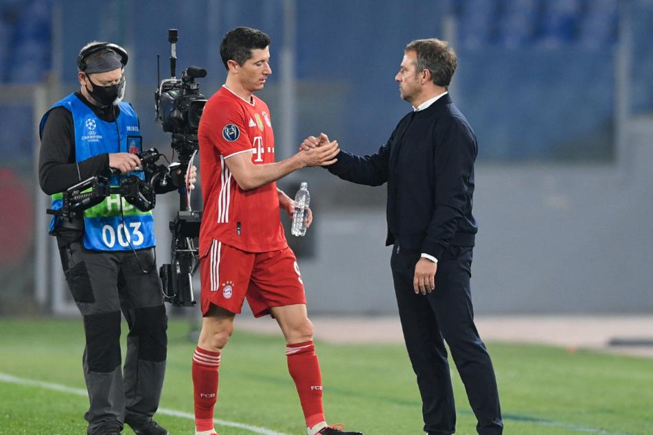 Robert Lewandowski (32) und Trainer Hansi Flick (56) vom FC Bayern klatschen ab.