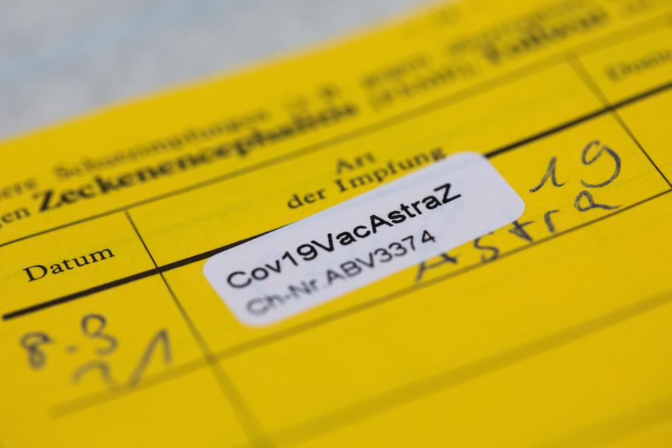 So sieht der Eintrag bei einer AstraZeneca-Impfung im Impfausweis aus. Auch wenn man die Infektion bereits überstanden hat: Die Vakzin gegen das Coronavirus sollte man sich dennoch geben lassen.