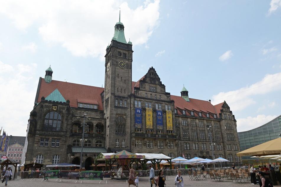 Am Rathaus prangen die Kulturhauptstadt-Banner. Die Freude über den Titel lässt sich die Stadt einiges kosten.