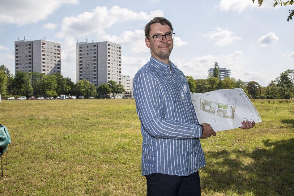 Schulverwaltungsamtsleiter Frank Bauer (31) zeigt die Pläne für die Cockerwiese.