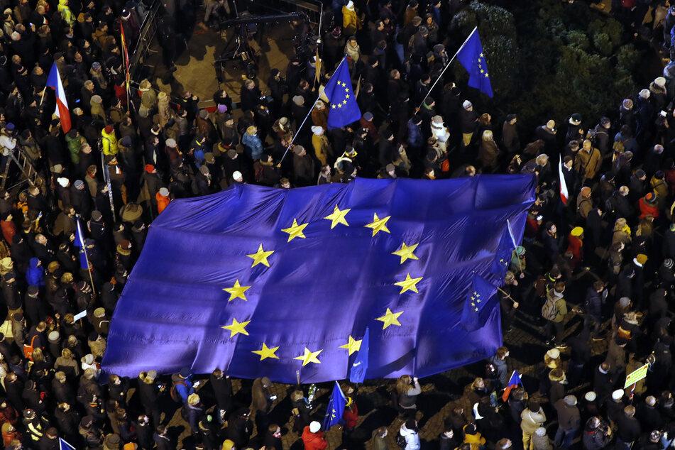 Menschen mit Europa-Fahne. (Archivbild)