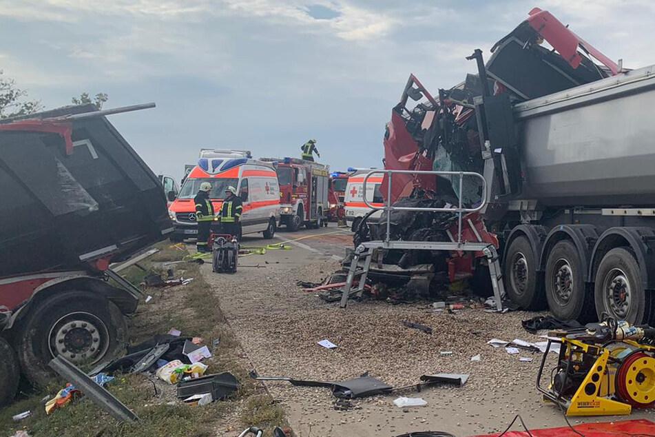 Lastwagen rast in Stauende: Fahrer stirbt noch an der Unfallstelle, A14 voll gesperrt