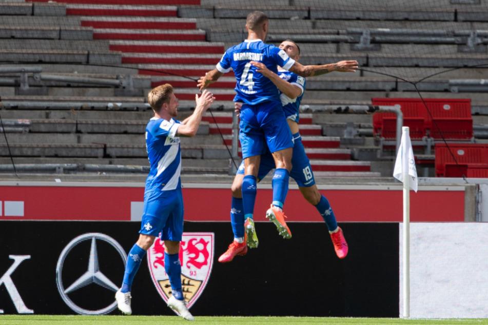 Darmstadts Serdar Dursun (r.) jubelt nach seinem Tor zur 1:0-Führung mit Victor Palsson (m.) und Sebastian Hertner (l.).