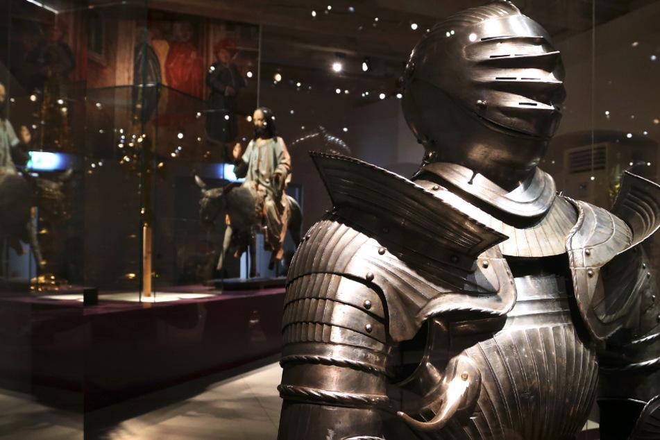 Ein Riefelharnisch aus den Jahren 1550/20 ist in der Bayerischen Landesausstellung im Wittelsbacher Schloss ausgestellt.