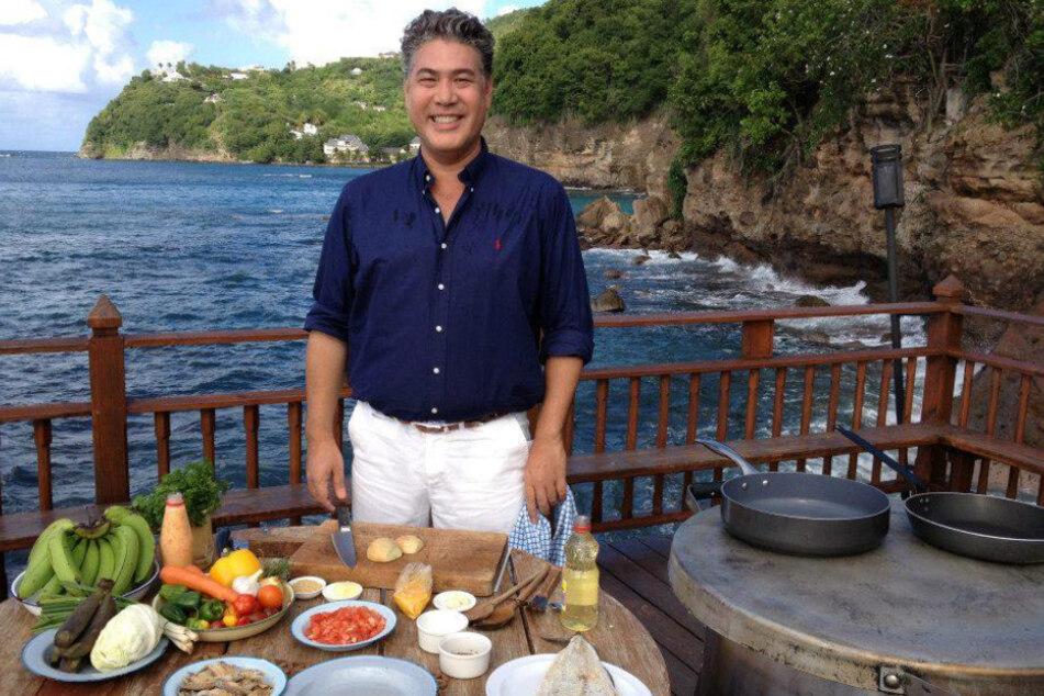 Schriftsteller Jonathan Phang kennt sich mit kulinarischen Köstlichkeiten aus. Auf OnlyFans widmet er sich daher mit viel Liebe und Humor dem Thema Kochen.