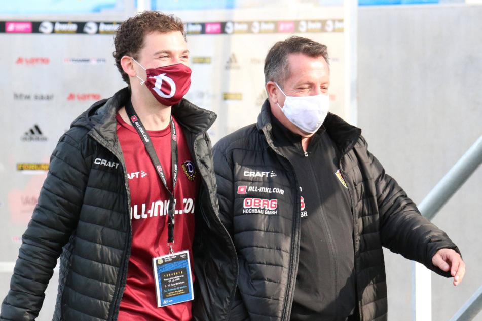 Auf dem Weg zum TV-Interview in Corona-Zeiten: Trainer Markus Kauczinski (r.) und Lennart Westphal vom Presseteam mit Maske.