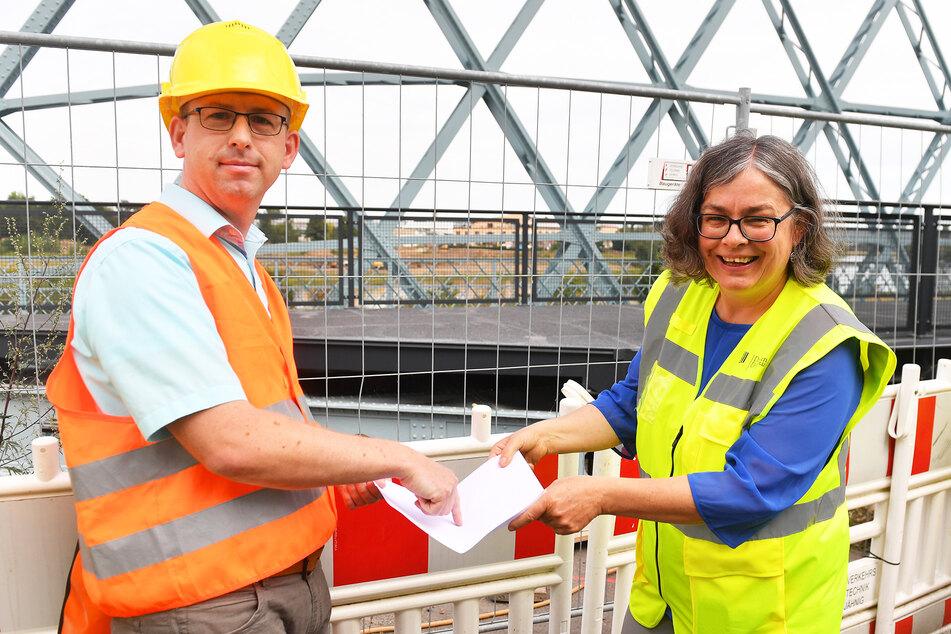 Andreas Gruner (36) und Bürgermeisterin Eva Jähnigen (54, Grüne) erklären die Funktionsweise der gefundenen Buckelbleche.