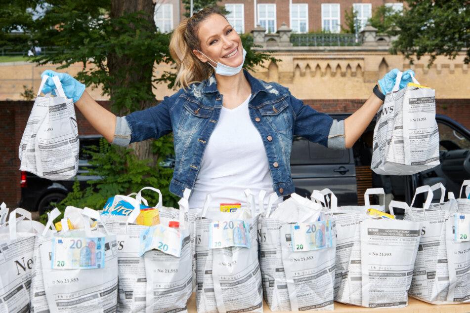 Yasmina Filali (45) zeigt die vollgepackten Tüten für Obdachlose.