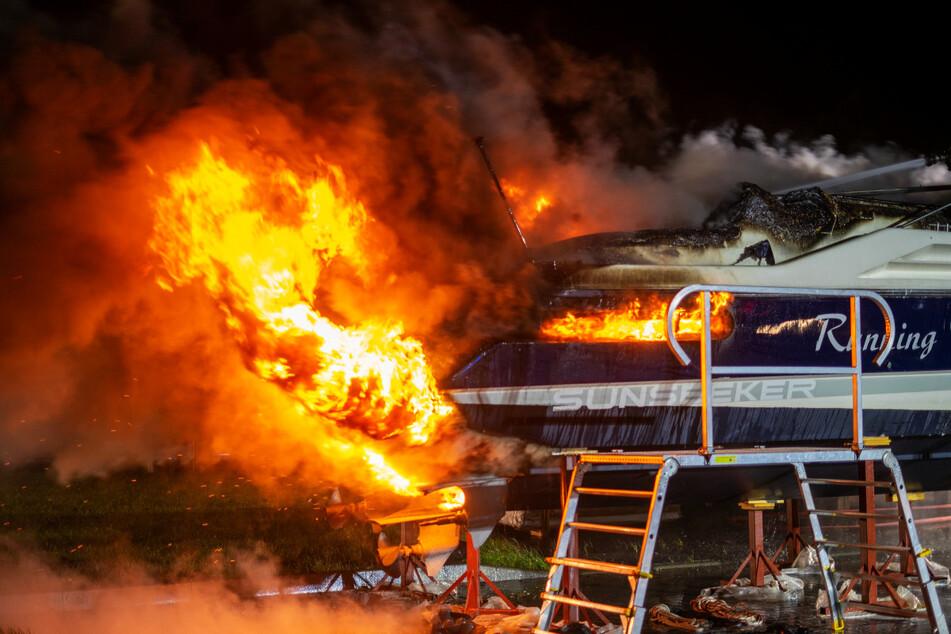 Hamburg: Boot steht lichterloh in Flammen, Besitzer muss alles mit ansehen