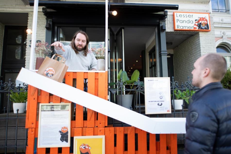 Nudelsuppe per Rutsche! Restaurant beweist Kreativität in Corona-Krise