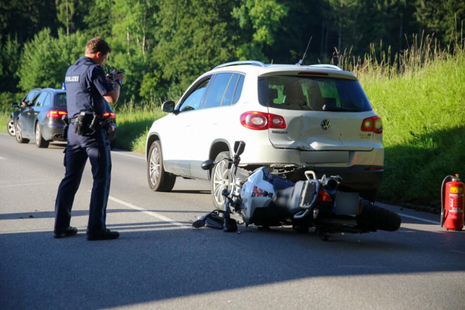 Verhängnisvoller Wildwechsel: Fahranfängerin macht Vollbremsung, Motorrad landet im Heck