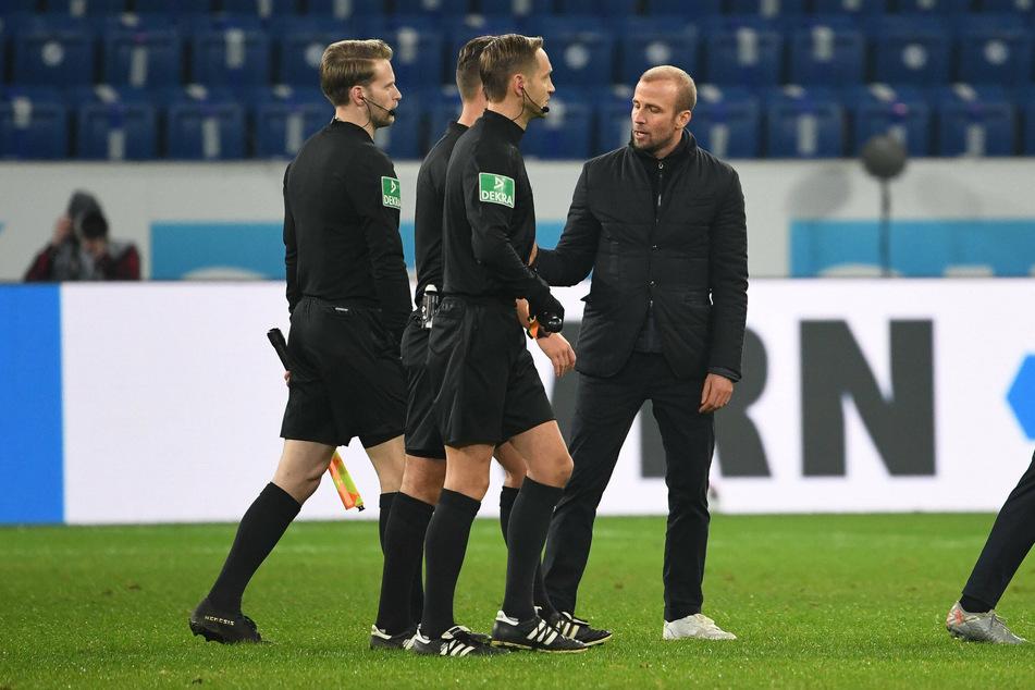 Für Hoffenheims Trainer Sebastian Hoeneß (33, r.) gab es nach dem Spiel noch ein wenig Klärungsbedarf.