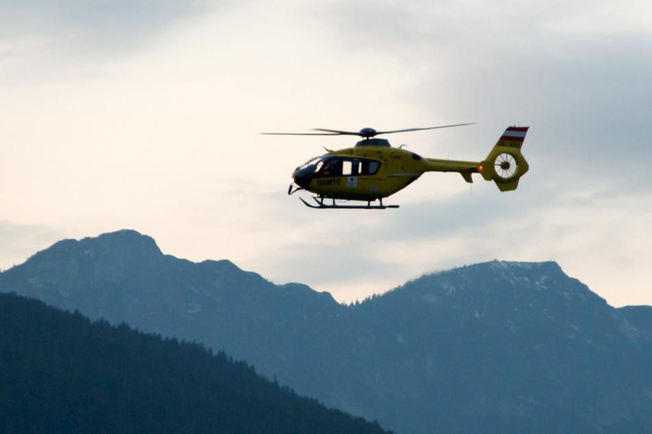 Ein Rettungshubschrauber fliegt über die Berchtesgadener Alpen. Drei tödliche Bergunfälle haben sich in der Region binnen einer Woche ereignet.