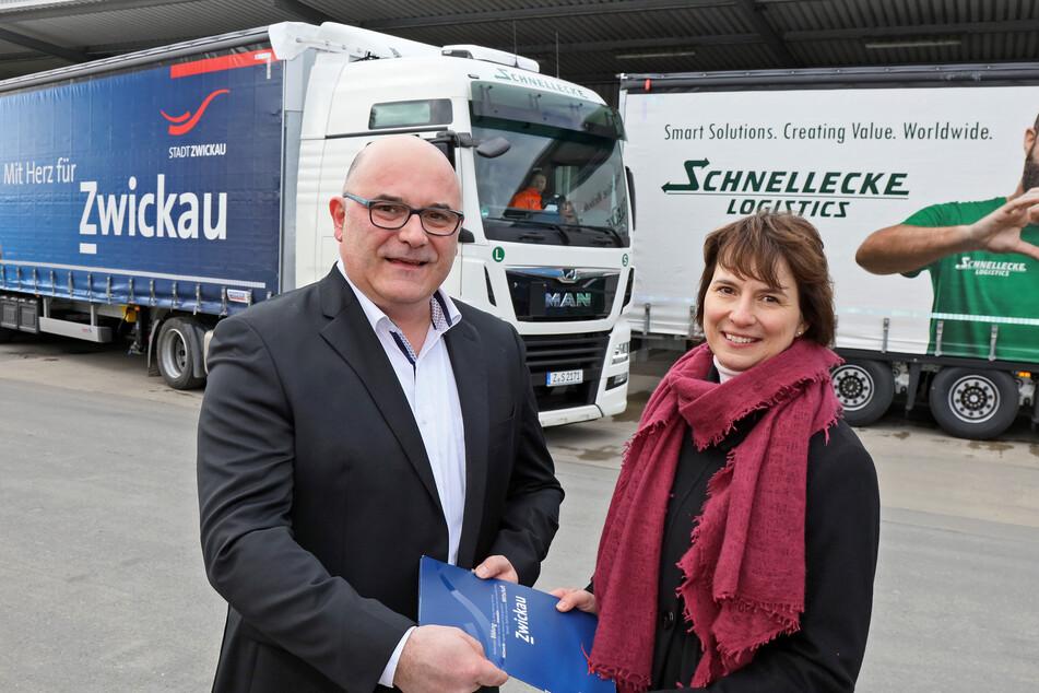 064ch08x: Torsten Colditz von Sachsentrans und Sandra Hempel von der Zwickauer Wirtschaftsförderung geben den Startschuss für die gemeisame Werbeaktion.