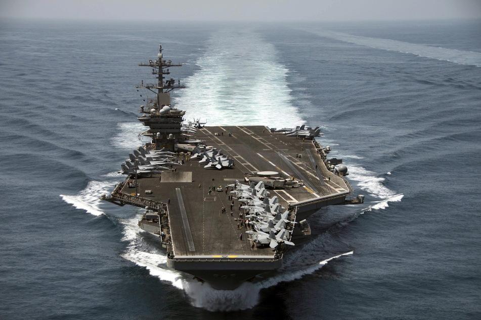 """Das Luftbild zeigt den Flugzeugträger """"USS Theodore Roosevelt"""" (CVN 71) im Arabischen Meer."""
