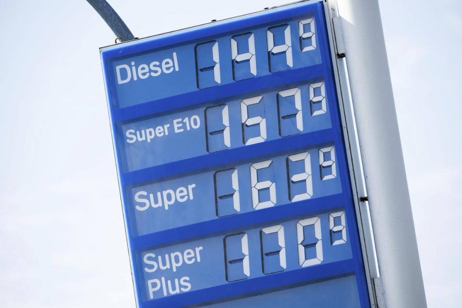 Wie stark steigen die Preise an Tankstellen im kommenden Jahr?