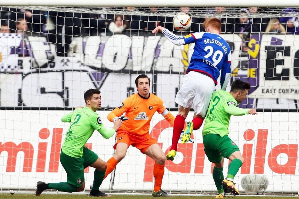12. März 2016: Auch Pavel Dotchev (55) schaffte in der 3. Liga keinen Sieg. 0:3 hieß es damals in Kiel. Hier kassiert Martin Männel (33, 2.v.l.) das 0:1 durch Mathias Fetsch (32). (Archivbild)