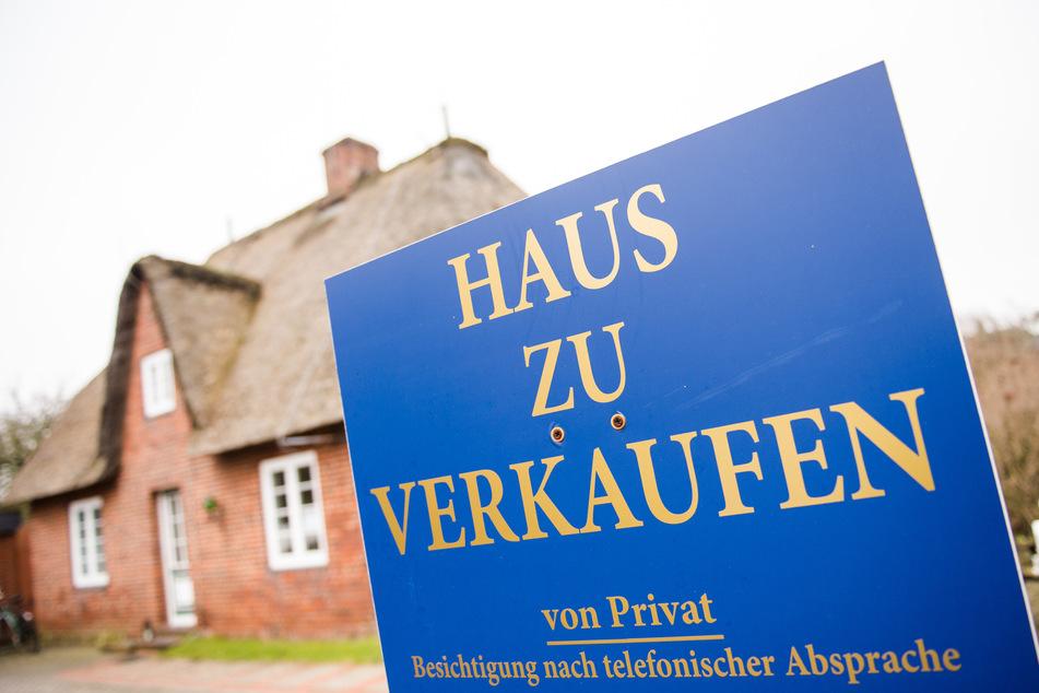 """Ein Schild """"Haus zu verkaufen"""" steht in Westerland auf Sylt."""