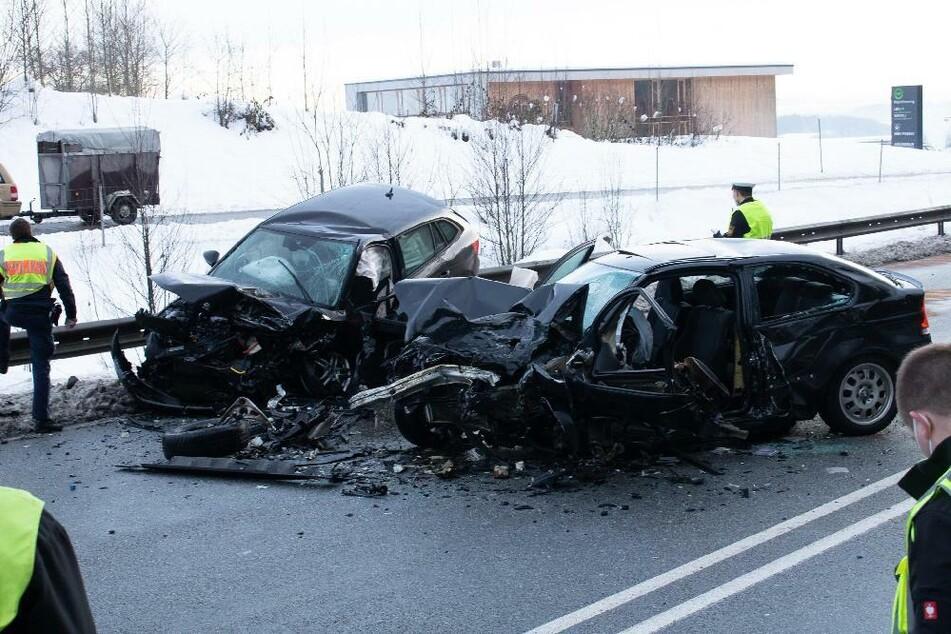 Ein Autofahrer ist mit seinem BMW auf die Gegenfahrbahn gekommen - mit schrecklichen Folgen.
