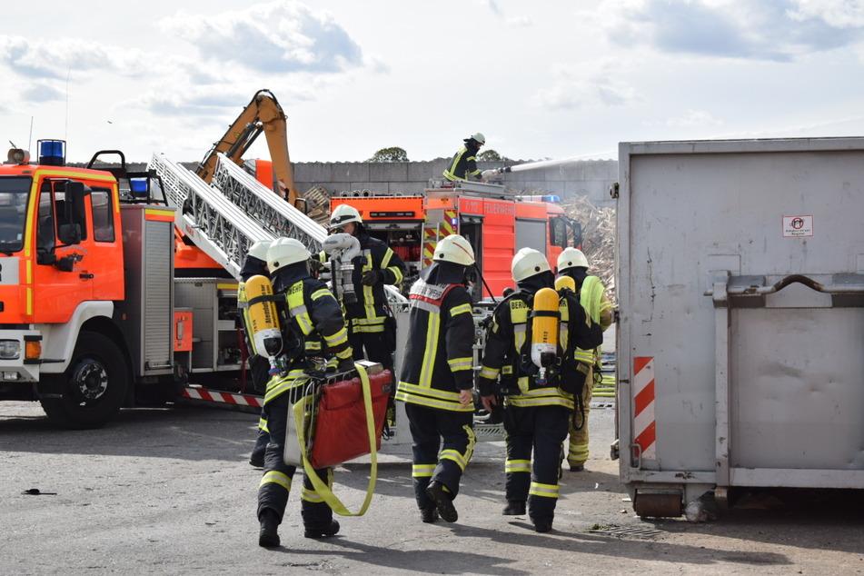 Mehrere Kubikmeter Pappe sind auf dem Gelände des Remondis Wertstoff-Center in Köln ausgebrochen.
