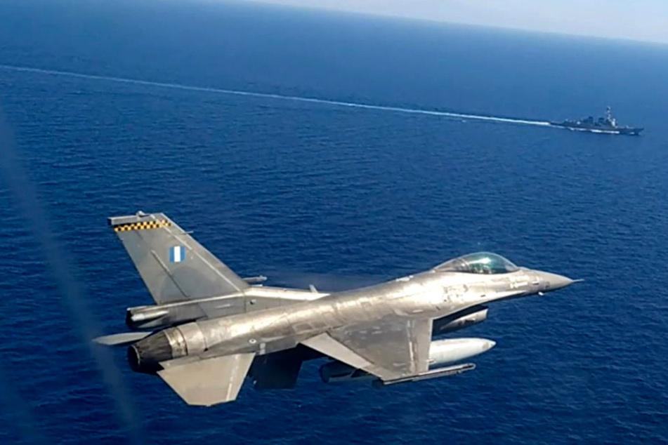"""Ein Kampfjet der griechischen Luftwaffe am nimmt an einer griechisch-amerikanischen Militärübung südlich der Insel Kreta teil. Im Land begann eine Militärübung mit Marine und Luftwaffe im Mittelmeer in der Nähe des türkische Forschungsschiffs """"Oruc Reis""""."""