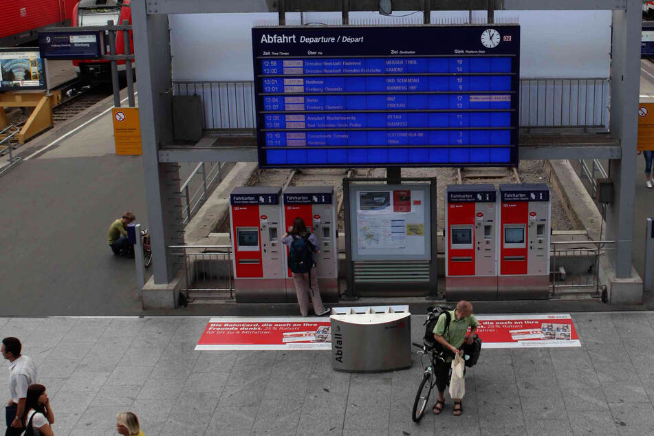 Nachdem sie sich am Fahrkartenautomaten im Dresdner Hauptbahnhof ein Ticket gezogen hatte, vergaß sie ihre 350 Euro-teure Kamera. (Symbolbild)