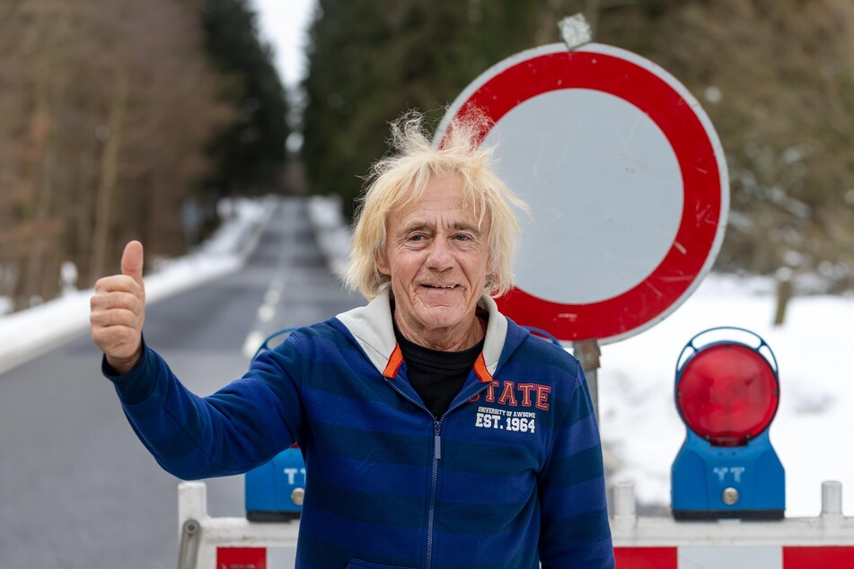 """""""Endlich Ruhe"""": Joachim Queck (69) aus Bergen freut sich über die gesperrte Straße nach Poppengrün."""